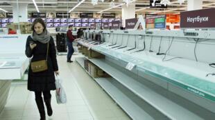 La population cherche à acheter le maximum de produits d'importations, des biens d'équipement et électroménager. Les magasins de high-tech se vident petit à petit. Ici à Minsk, le 21 décembre 2014.