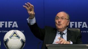O presidente da Fifa, Joseph Blatter, fez uma dura cobrança ao governo brasileiro nesta sexta-feira 30/03/12.