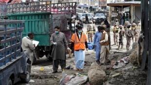 A Polícia deslocou-se para o mercado onde ocorreu o ataque com explosivo nesta Sexta-feira 12 de Abril 2019 em Quetta no sudoeste do Paquistão.