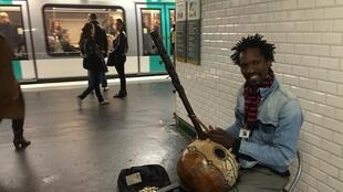 Pedro Kouyaté plays ngoni in the Paris metro.