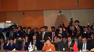 Thủ tướng Shinzo Abe, Tổng thống Park Geun Hye và Thủ tướng Lý Khắc Cường tại thượng đỉnh ASEAN + 3 (Nhật Bản, Trung Quốc và Hàn Quốc).
