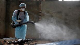 Nhân viên y tế phun thuốc khử trùng ở tỉnh Vĩnh Phúc, Việt Nam, ngày 12/02/2020.