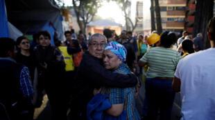 Los habitantes de la Ciudad de México salieron de sus casas tras la alerta.