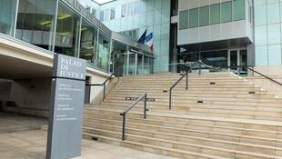 O caso está sendo julgado no tribunal em Pontoise, no norte da França, nos arredores de Paris.