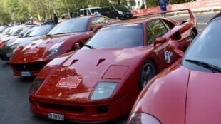 Des Ferrari sont exposées à Milan avant de prendre la route pour Maranello, à l'occasion des 70 ans de la marque, le 8 septembre 2017.