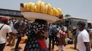 Des Sénégalais portent un masque de protection dans les rues de Dakar le 27 mai 2020.