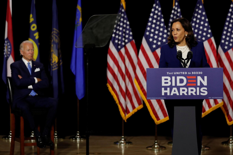 Kamala Harris akiambanata na Joe Biden, katika kampeni ya uchaguzi wa uraisa huko Wilmington katika Jimbo la Delaware, Agosti 12, 2020.