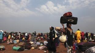 Des familles massées autour de l'aéroport pour se placer sous la protection des soldats français de l'opération Sangaris et ceux de la force africaine (Misca). Bangui, le 28 décembre 2013.