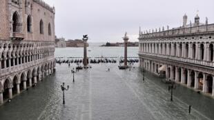 A la mi-journée ce vendredi 15 novembre, le maire de Venise Luigi Brugnaro a dû ordonner la fermeture de la célèbre place Saint-Marc.