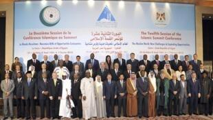 Foto oficial dos participantes da Cúpula da Organização para Cooperação Islâmica que começa hoje no Cairo e deve durar 2 dias.