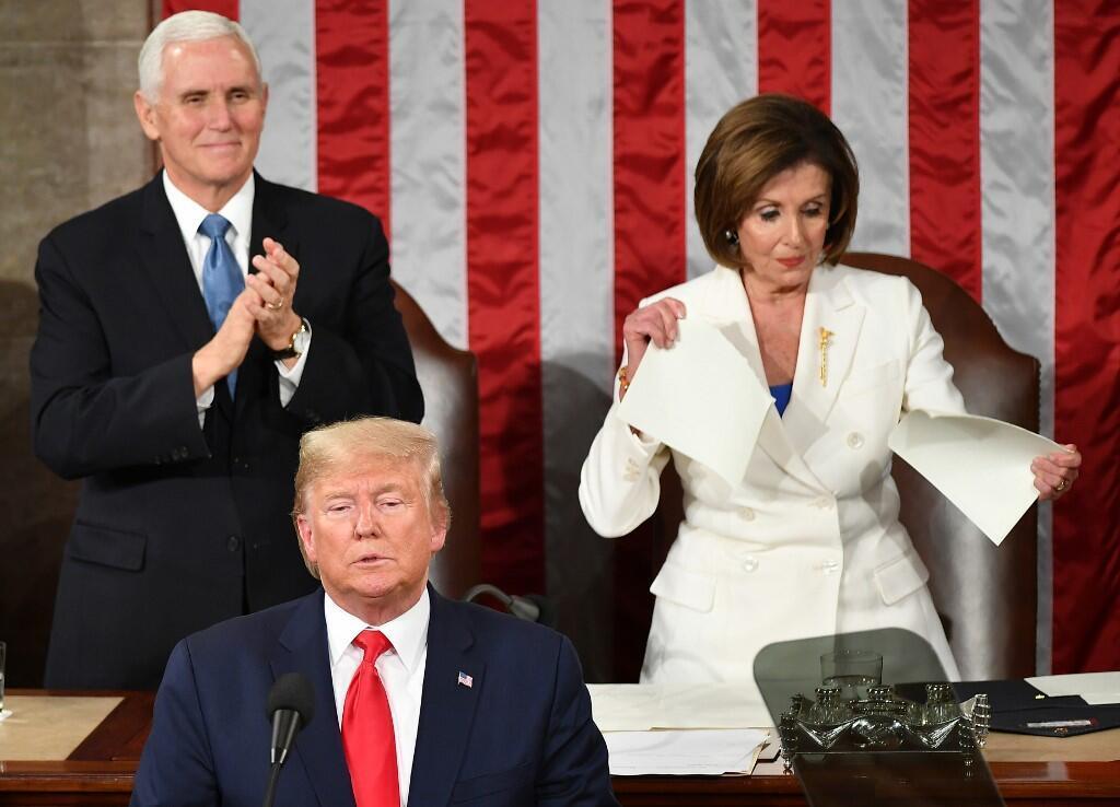 លោក ដូណាល់ ត្រាំ កំពុងថ្លែងនៅរដ្ឋសភា ខណៈប្រធានសភាលោកស្រី Nancy Pelosi កំពុងហែកសុន្ទរកថារបស់លោក ត្រាំ នៅក្បែរដៃរបស់អនុប្រធានាធិបតីដែលកំពុងទះដៃសាទរ។
