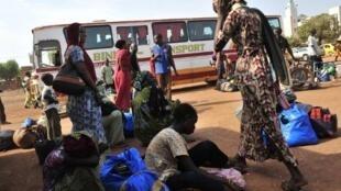 Des habitants de Gao, qui ont fui leur ville et les combats, arrivent à Bamako après un périple de deux jours en autocar, le 6 avril 2012.
