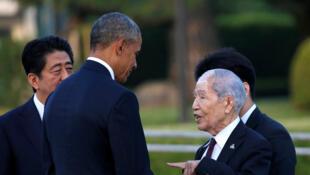 Le président américain Barack Obama (L) parle avec un survivant de la bombe atomique, Sunao Tsuboi, lors de sa visite au mémorial de la paix à Hiroshima, le 27 mai 2016 .