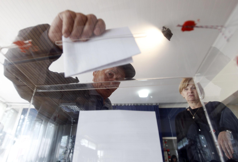 Сербский избиратель голосует в Беграде 6 мая 2012 г.