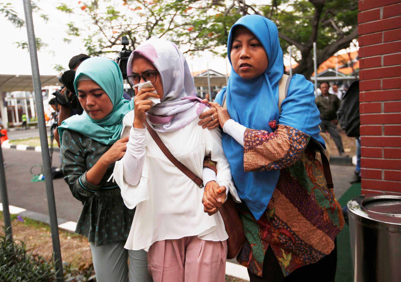 Des proches des victimes arrivent au centre de crise, après le crash d'un avion de Lion Air en mer de Java, le 29 octobre 2018.