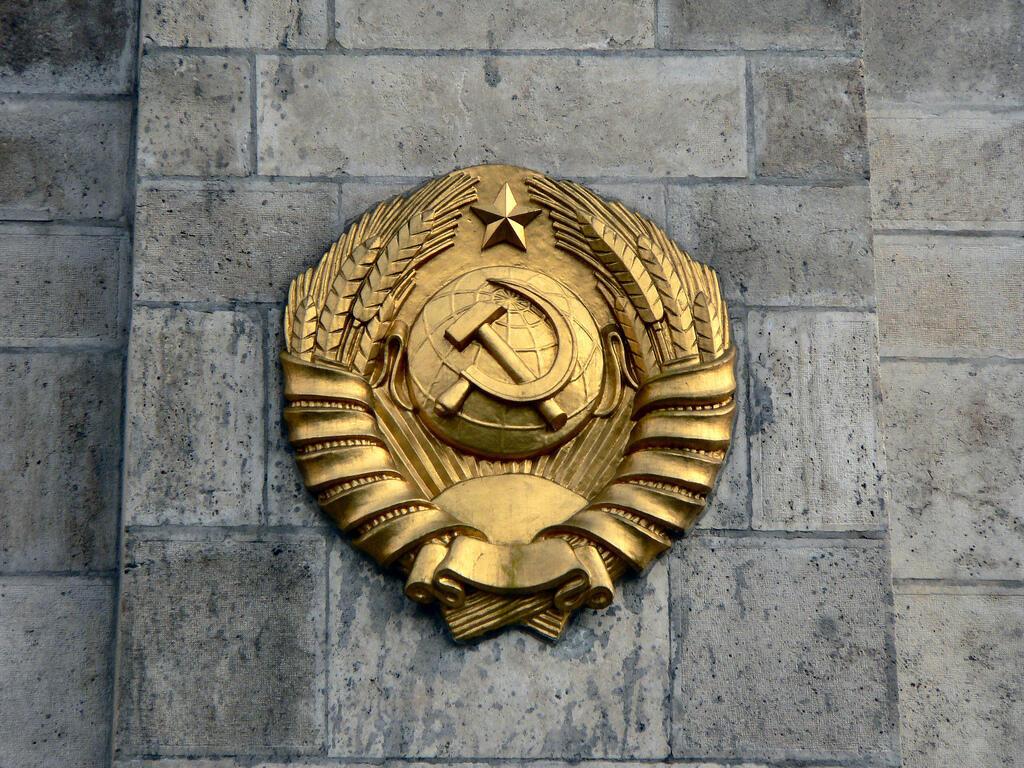 Biểu tượng Búa Liềm trên cờ Liên Xô trước đây.
