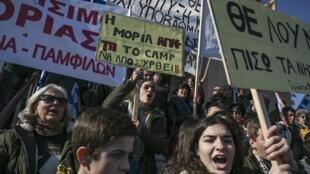Des habitants de l'île de Lesbos manifestent contre les camps de migrants, au port de Mytilène, le 22 janvier 2020.