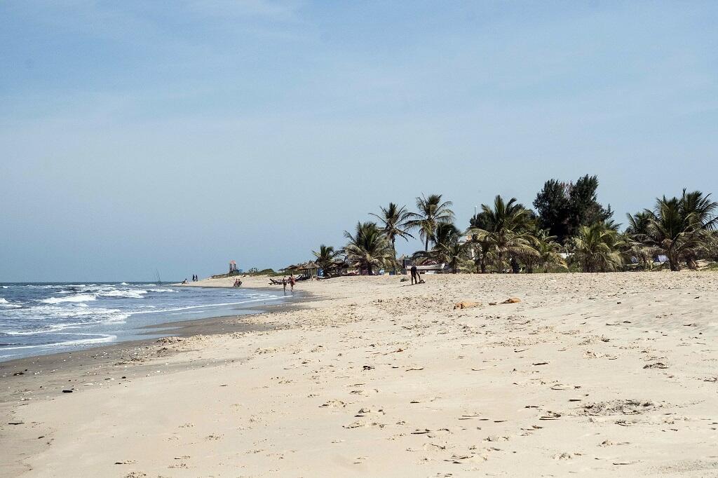 Le sable des plages de Gambie renferme des minéraux lourds, dont du zircon, utile dans l'industrie chimique et nucléaire.