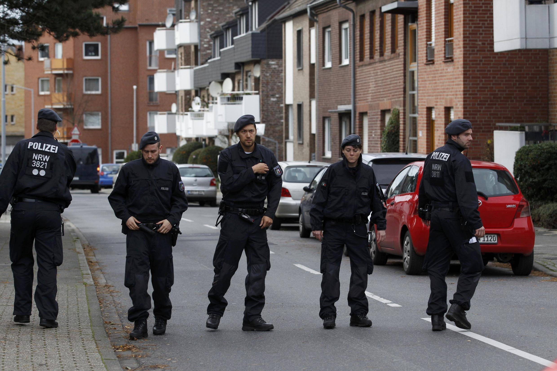 Немецкая полиция после серии арестов подозреваемых в причастности к терактам в Париже, Альсдорф, Германия, 17 ноября 2015.