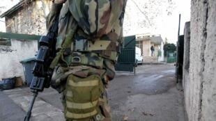 Солдат охраняет еврейскую школу в Марселе, 11 января 2016 года