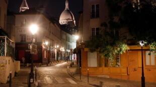 សង្កាត់ Montmartre សង្កាត់ទេចរណ៍ក្រុងប៉ារីស ធ្លាប់តែអ៊ូអរ តែត្រូវស្ងាត់ជ្រងំ ដោយសារប្រជាជនក្រុងប៉ារីស ត្រូវជាប់បម្រាមគោលចរ ហាមចេញក្រៅ ចាប់ពីម៉ោង៩យប់ ដល់ម៉ោង៦ព្រឹក។