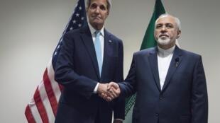 លោកប្រមុខការទូតអាមេរិក John Kerry (ឆ្វេង) និងសមភាគីអ៊ីរ៉ង់លោក Mohammad Javad Zarif