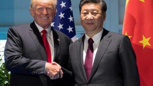 Poignée de main entre le président des Etats-Unis Donald Trump et le président chinois Xi Jinping au sommet du G20 à Hambourg, le 8 juillet 2017.