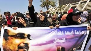 A Benghazi, des manifestants crient leur colère après l'assassinat du militant anti-islamiste Abdessalem al-Mesmari.