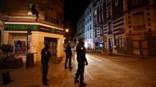 Maafisa wa polisi wa Manispaa wakipiga doria Colombes, karibu na jiji la Paris, Machi 22, 2020 wakati wa kizuizi kwa raia cha kutotembea.