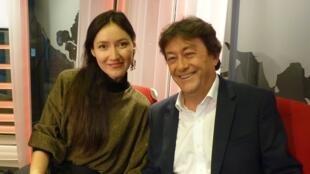 Carolina Katún con Jordi Batallé en los estudios de RFI