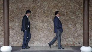 Le ministre des Affaires étrangères vietnamien (g) et le vice-ministre cambodgien (d) vont rencontrer des membres de l'Asean pour évoquer une éventuelle levée des sanctions contre la junte birmane, le 16 janvier 2011, à Lombok (Indonésie).
