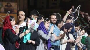 La foule chantait des chansons à la gloire de Mir Hossein Moussavi, leader de la contestation de 2009, toujours en résidence surveillée.