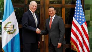 El secretario de Seguridad Interior estadounidense John Kelly y el canciller guatemalteco Carlos Raúl Morales, en Ciudad de Guatemala, este 22 de febrero de 2017.