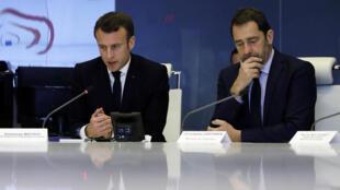 Le ministre de l'Intérieur, Christophe Castaner (d), aux côtés du président Macron, en réunion de crise, le soir de la manifestation émaillée de violences sur les Champs-Elysées, le 16 mars.