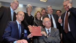 Les ministres des Finances de la zone euro  entourant le  Premier ministre du Luxembourg et président de l'Eurogroupe Jean-Claude Juncker ( 1ere rangée G) à Luxembourg, le 7 juin 2010.