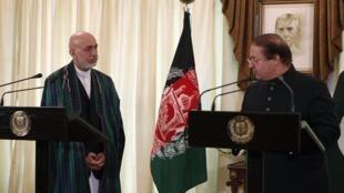 Le président de l'Afghanistan Hamid Karzai (g) et le Premier ministre du Pakistan Nawaz Sharif, à Islamabad, le 26 août 2013.