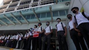 Liceais formaram um cordão humano em Hong Kong em solidariedade com os contestatários, neste dia 9 de Setembro de manhã.
