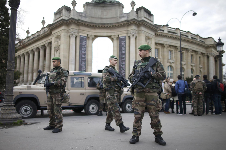 Патруль военных из Французского Иностранного легиона на улицах Парижа, 30 декабря 2015.