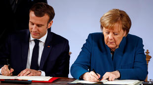 O Presidente Emmanuel Macron e a chanceler Angela Merkel assinam o Tratado de Aachen (Aix-la-Chapelle).22 de Janeiro de 2019