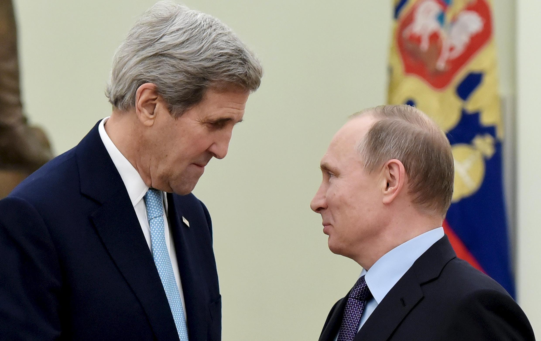Джон Керри (слева) и Владимир Путин, 15 декабря 2015.