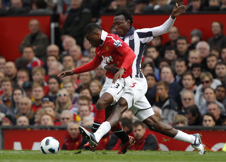 Le Camerounais Somen Tchoyi à la lutte avec Patrice Evra.