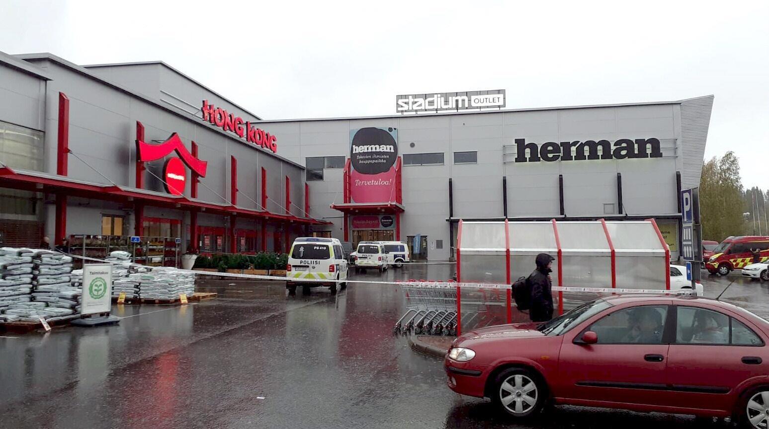 Полициейский автомобиль у входа в торговый центр, где произошло нападение. г. Куопио, Финляндия. 01.10.2019