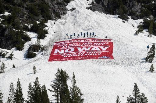 Активисты «Поколения идентичности» развернули на альпийском снегу баннер: «Граница закрыта, возвращайтесь домой», 21 апреля 2018 года
