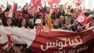 Partidários do Nida Tounès, em campanha para Béji Caïd Essebsi, candidato favorito para a eleição presidencial.