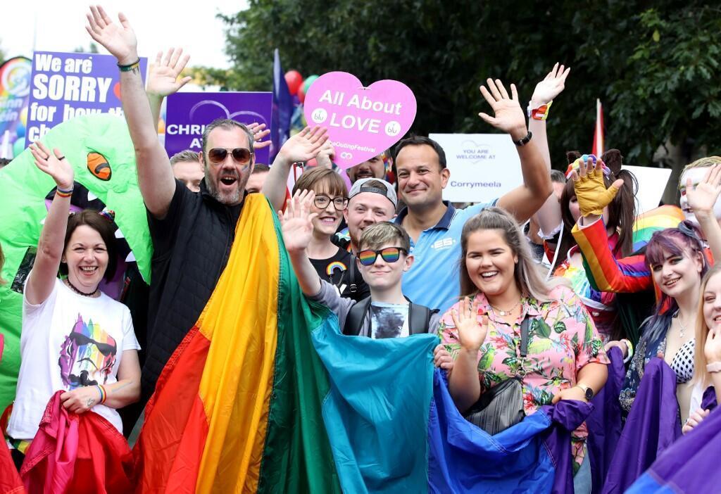 Участники гей-парада в Белфасте. В голубой рубашке - премьер-министр Ирландии Лео Варадкар.