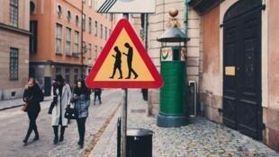 En Suecia, una señal de tránsito que indica a los conductores que tengan cuidado, pues es una zona con peatones usando un smartphone, una idea de Jacob Sempter y Emil Tiisman: el primero fue atropellado por estar viendo su teléfono, pero sobrevivió.