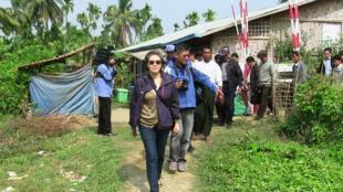 Báo cáo viên Liên Hiệp Quốc tại Miến Điện, bà Yanghee Lee (C) tại một trại tị nạn ở phía tây bang Rakhine ngày 09/01/2015.