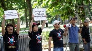 Một nhóm người biểu tình chống Trung Quốc xâm lấn Bãi Tư Chính trước đại sứ quán Trung Quốc ở Hà Nội ngày 06/08/2019.