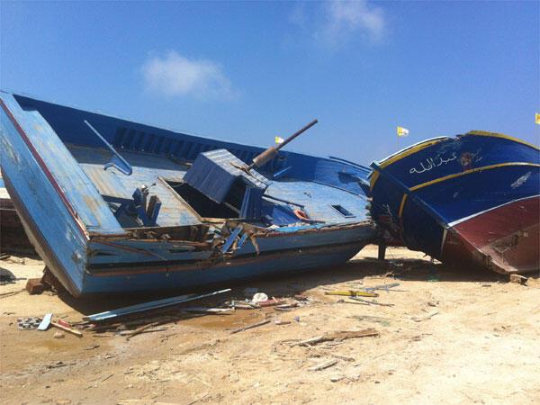 L'épave d'un des petits bateaux de clandestins, interdit de les détruire, personne ne sait quoi en faire... elles gisent au milieu du port de Lampedusa.