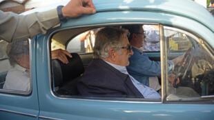 Presidente José Mujica chega a sessão eleitoral em seu famoso fusquinha azul